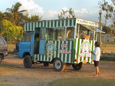 ニゴンボのビーチのアイス.jpg