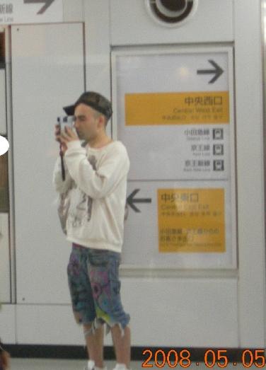 新宿 ハンディカムで撮影する白人男性