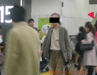 新宿駅構内で写真とっている人
