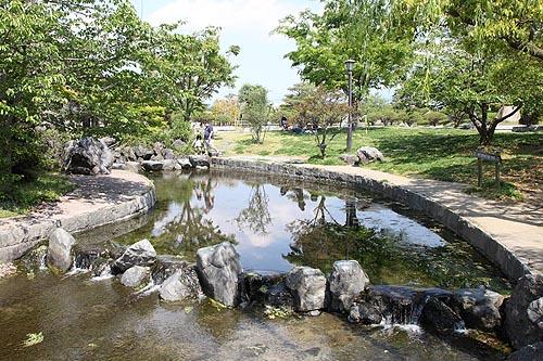 杖ノ淵公園4 公園の中には安心して水と触れ合える地域や 大型の遊具も整備されています... 杖ノ