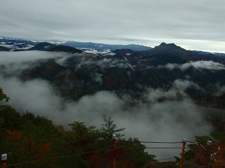 霧に煙る岩古谷山