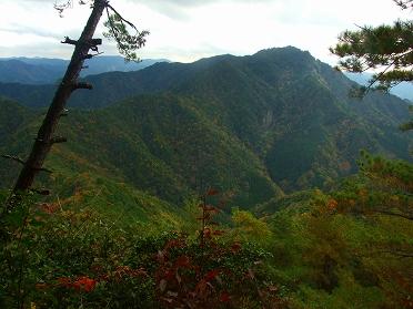 棚山高原から鳳来寺山を見る