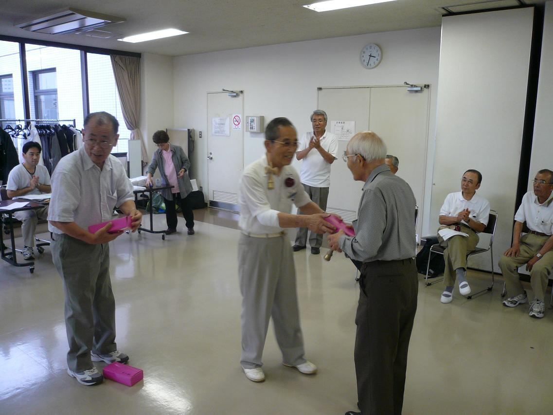 090614シニア優勝者賞品授与.JPG