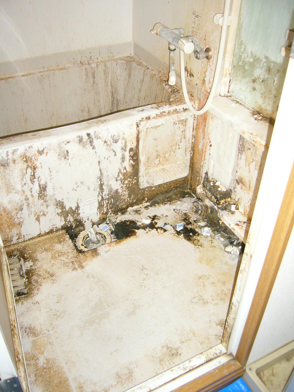 凄い汚れたお風呂。クリーニング前。
