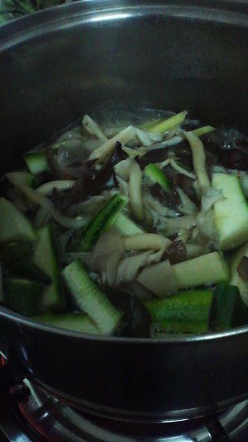 キノコと野菜を煮込む.jpg