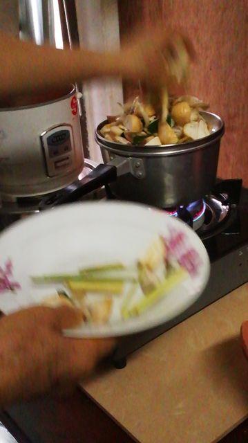 レモングラスとキノコを蒸す.jpg