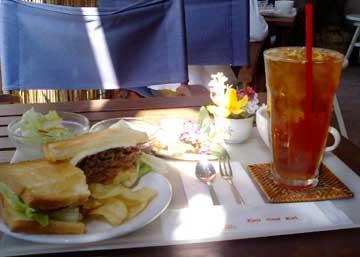 ロイズバーガー(山形パン)とアップルアイスティー