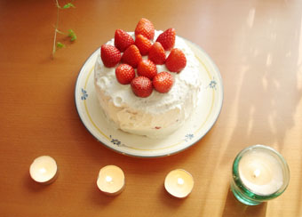 ケーキとろうそく4つ