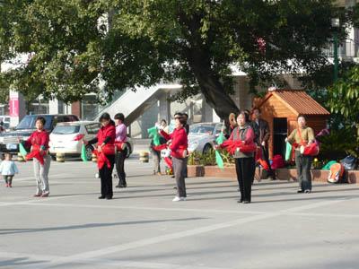 謎のダンスを練習する集団