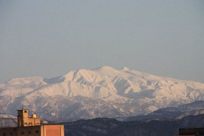 ピンクに染まった白山22年2月.jpg