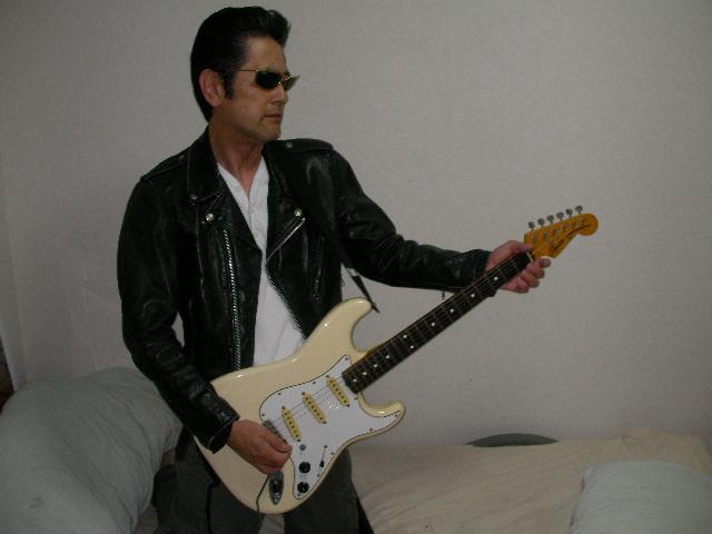 せっかくオールバックにしたので、ギターで一枚