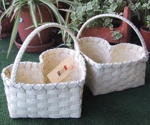 プチ・ホワイトハートバスケット ― マリッジハートなバスケットです。結婚式で使用(新郎新婦さんが手に持ち、お客様の中を回るキャンドルサービスのとき)されるというので、製作しました。