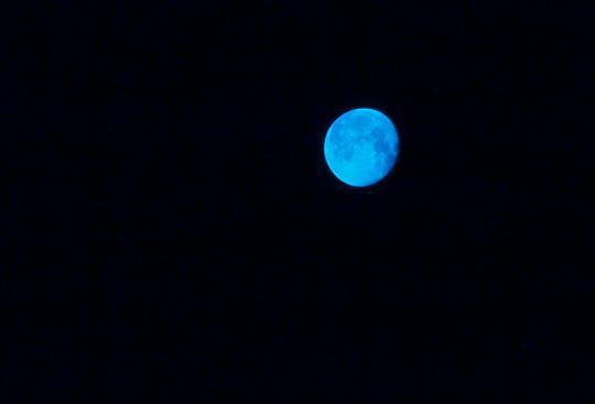 十六夜 雲が出ていて、朧月と云うよりは雲隠れ・・・トホホ 月自体を撮るのは諦め... 海が好きだ