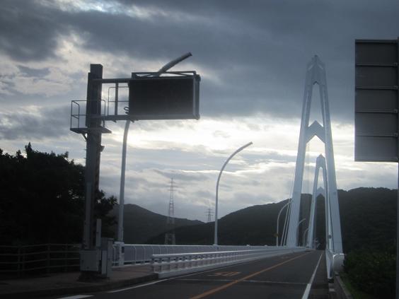 大島大橋の朝の様子(台風6号のアシズリミサキ 南 100 Kmのとき)