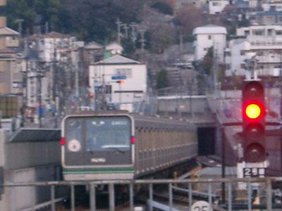 新生駒トンネルに吸い込まれる列車