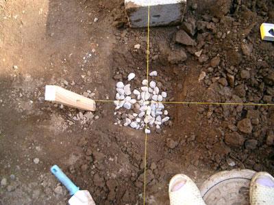 中心点を掘って基礎に砂利を敷く