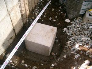 基礎のピンコロ石を設置