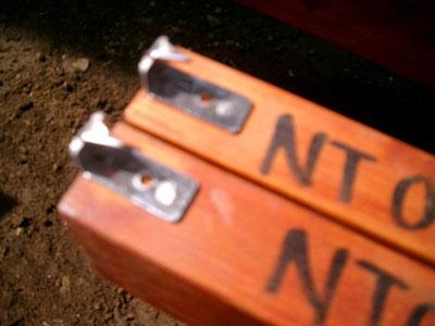 デッキコネクタの終端部を根太の終端部にあらかじめ取り付け