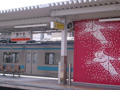 鶴の絵が描かれたエレベータ外壁