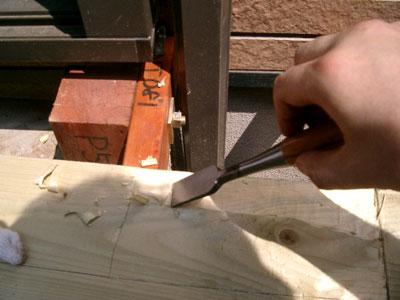設計ミスでドアサッシの下に部材が入らず、ノミで表面を削る