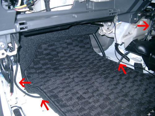 助手席下に後席ディスプレイ用ワイヤーを通す